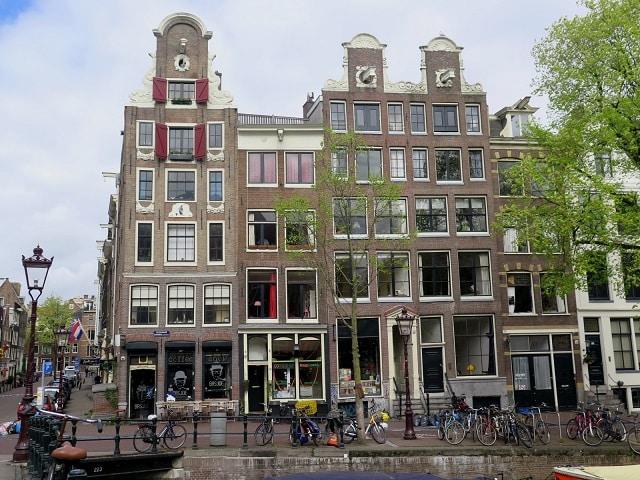 Caminhe olhando para cima, você ficará fascinado com a arquitetura. | MV