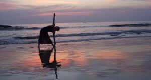 Fazer yoga na praia pode ser uma inspiração para viajar | Foto: Dennis Yang