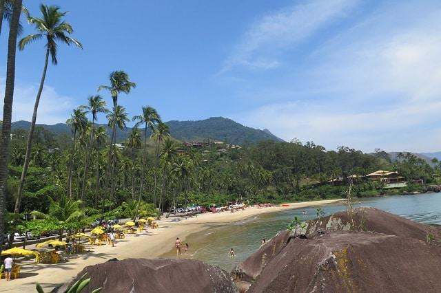 A Praia de Garapocaia (Pedra do Sino), no litoral norte da ilha é gostosa para ficar com crianças.