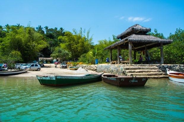 Para chegar na charmosa praia de Caraíva, o último trecho é feito de barquinho
