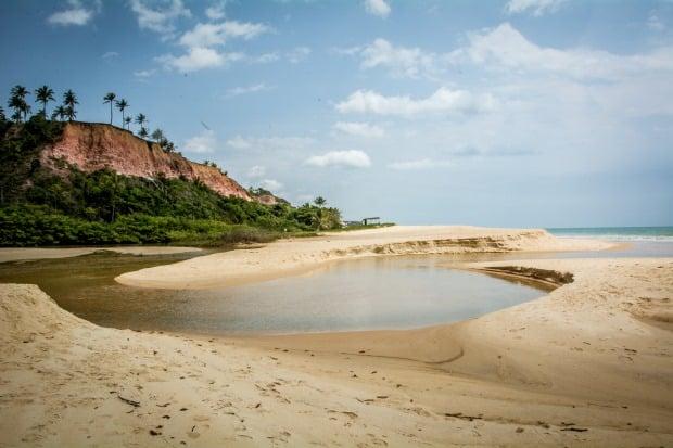 A praia de Taípe, em Arraial, é selvagem e quase deserta