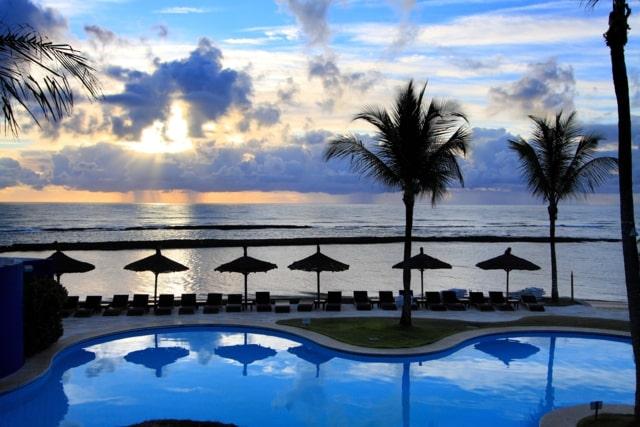 Vista do amanhecer da piscina do Arraial Eco Resort: viagem inesquecível