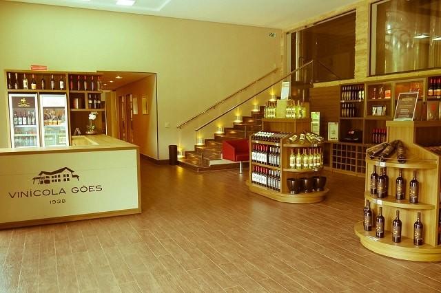Loja e adega onde acontece a degustação de vinhos na vinícola Góes, em São Roque.