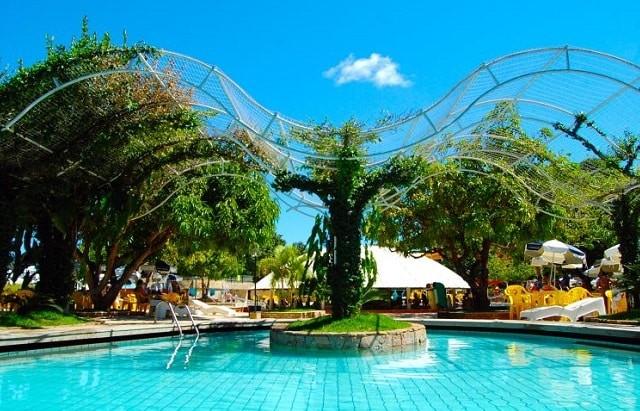 Spa com piscina de águas termais, ofurô e sauna.
