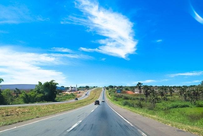Compre passagens para Goiânia e vá de carro até Caldas Novas.