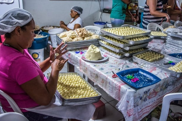 Em São Bento, do lado de Maragogi, dá para ver como são feitos os biscoitos