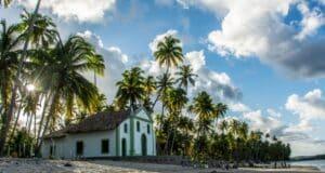 A igreja a beira-mar é um cenário único na praia dos Carneiros
