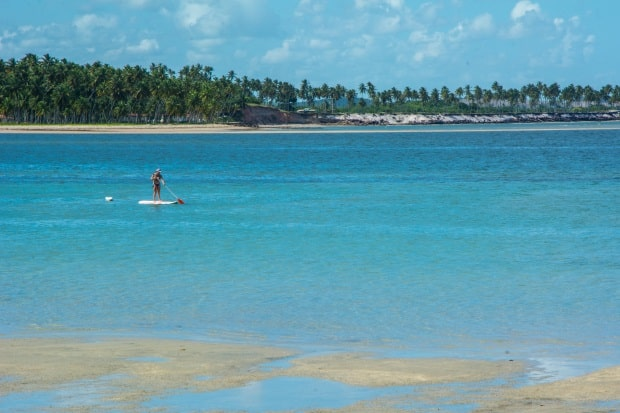 Os recifes formam uma imensa piscina natural de águas azuis em Carneiros