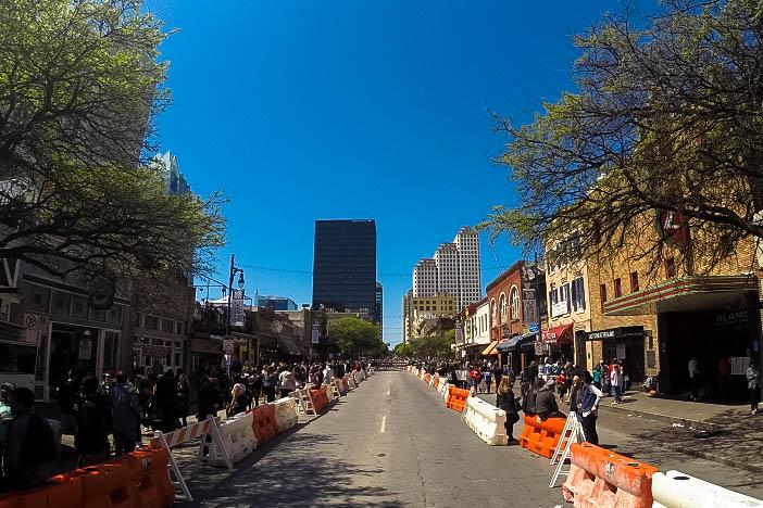 A 6th Street é fechada durante o SXSW e fica lotada de gente e artistas tocando.