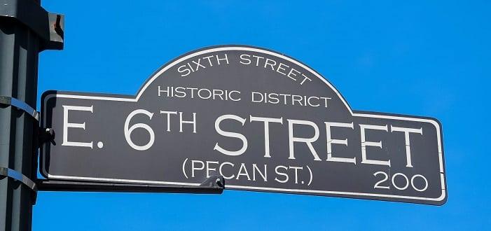 A 6th Street, no centro de Austin, é famosa por suas dezenas de bares com música ao vivo.