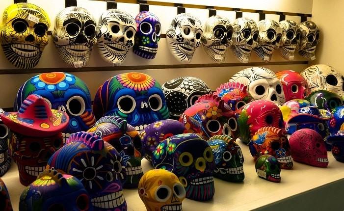Souvenir: as caveiras mexicanas no El Mercado, em San Antonio - Texas.