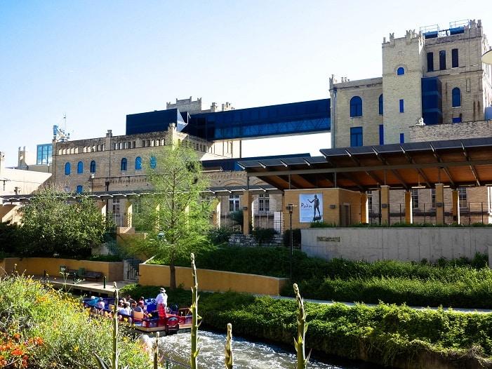 O Museu de Arte de San Antonio, às margens da Riverwalk.