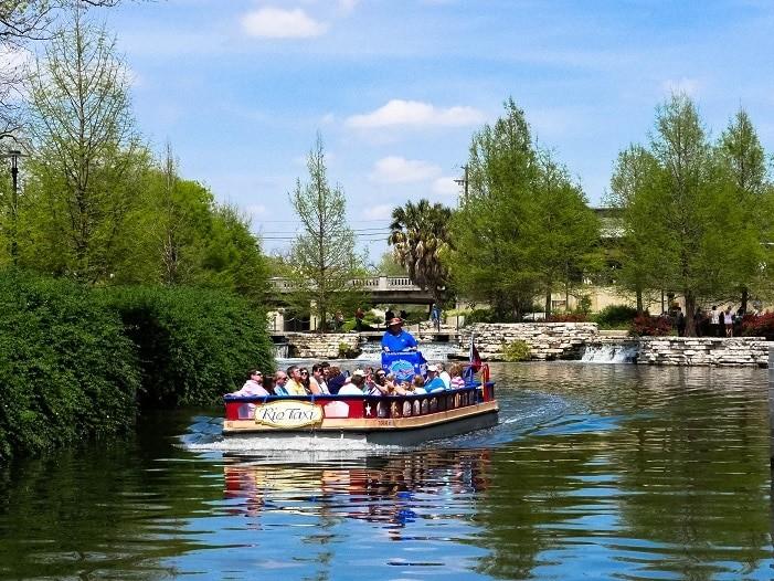 Rio Táxi leva turistas por todas as partes da Riverwalk.