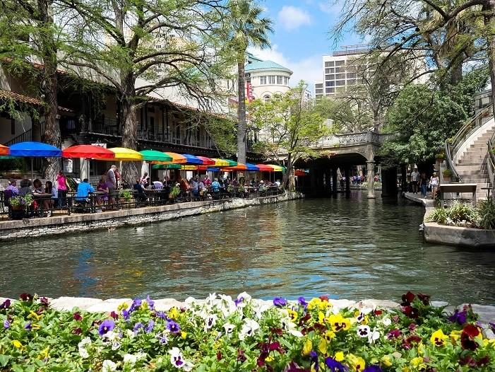 Os cantinhos floridos da Riverwalk, em San Antonio.