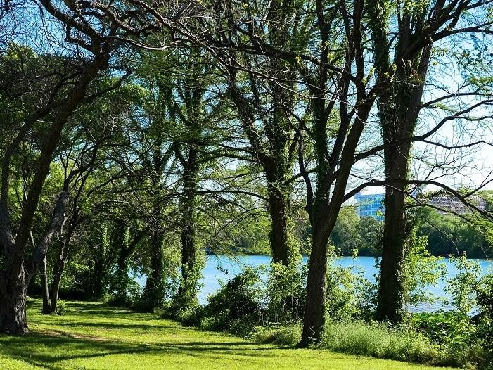 Os parques de Austin são bons para caminhar, correr ou pedalar.