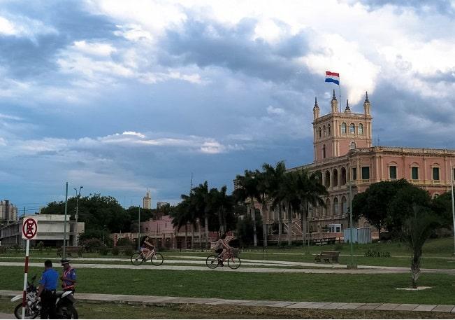 Palácio Lopez visto de La Costanera, em Assunção