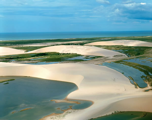 As dunas formam lagoas e se encontram com o mar em Jeri - foto: Divulgação