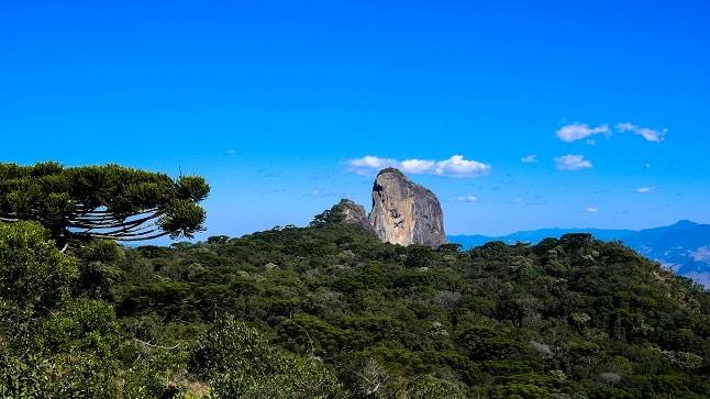Voo livre, trilhas e mirantes incríveis em torno da Pedra do Baú