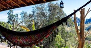 Rede na varanda com vista para as montanhas, na pousada Vila dos Quilombolas