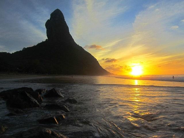 Noronha é um destino para ir em novembro para quem quer aprender a surfar nas praias mais bonitas do Brasil
