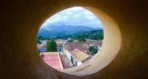 Vista para a pitoresca cidade de Trindade, em Cuba