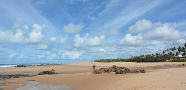As águas fazem caminhos nas areias de Imbassaí, no norte da Bahia, perto da praia do Forte