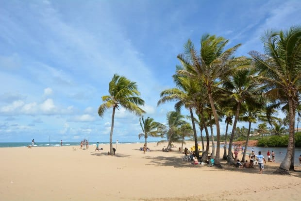 À direita, o rio; à esquerda, o mar: assim é a mistura de paisagens em Imbassaí, na Bahia