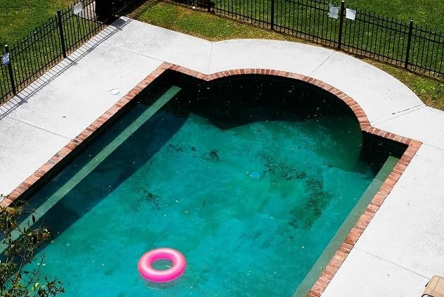 Apesar de parecer suja, é possível nadar na piscina