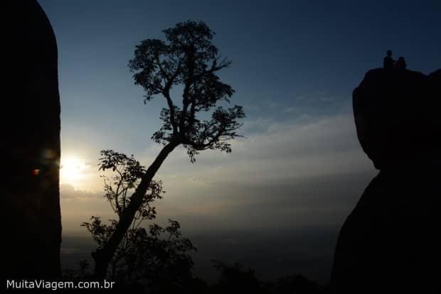 Para conhecer a região de Atiabaia do alto no final da tarde, faça trilhas na Pedra Grande