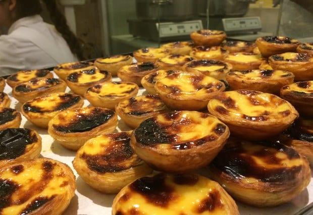 Os pasteis de nata são um dos doces típicos de Portugal que vale comer em Lisboa