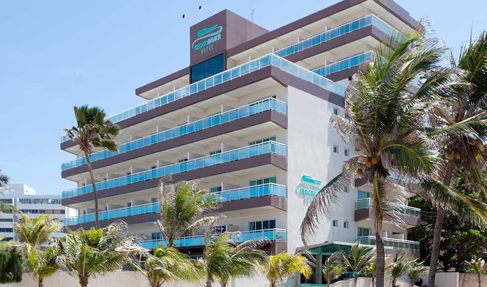 O hotel em Fortaleza tem linda piscina e vista para o mar