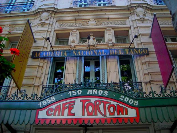O charmoso Gran Café Tortoni é um dos lugares mais tradicionais de Buenos Aires