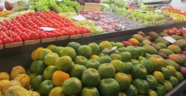 Encontrei muitas frutas da época como caqui, mexerica, manga e mamão...