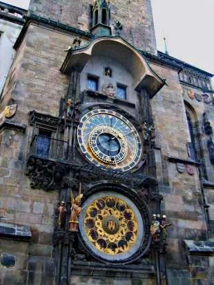 O famoso relógio astronômico (Orloj), no topo da torre da antiga prefeitura de Praga