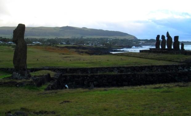 Durante a viagem, você sempre verá os Moais, as grandes e misteriosas estátuas espalhadas pela ilha