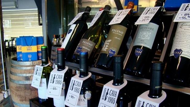 Dentro de La Bombonera, há até uma loja de vinhos baratos da marca do Boca Juniors