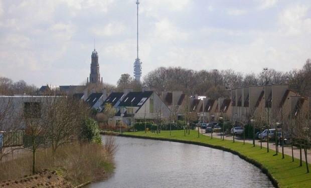 O rio Hollandse IJssel, em IJsselstein, na Holanda; ao fundo, a torre Gerbrandy, com 368 m de altura