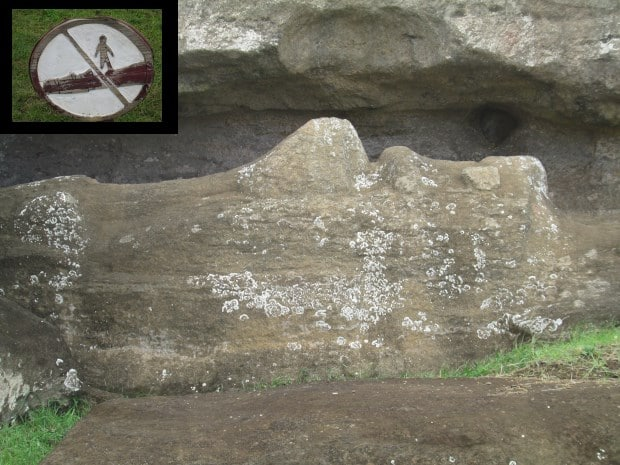 Não pise nos Moai, mostra a placa na fábrica das carrancas | montagem com fotos de Matias de Téran