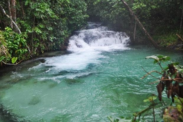 As águas esverdeadas da Cachoeira da Formiga