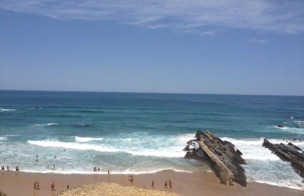 A praia dos Alteirinhos tem estrutura precária e área para naturismo