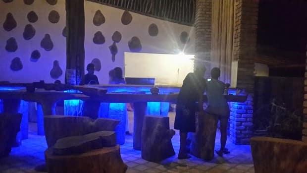 O bar foi feito com materiais do local