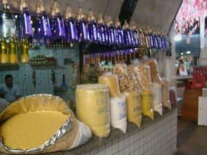 Dentro da Feira da Praia Grande da para comprar comidas típicas do Maranhão
