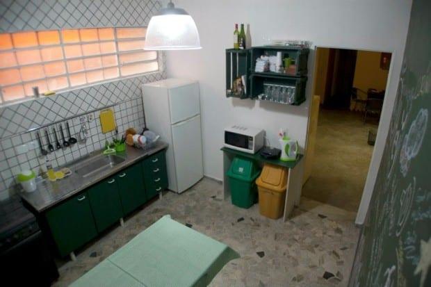 A cozinha do hostel em Pinheiros é organizada