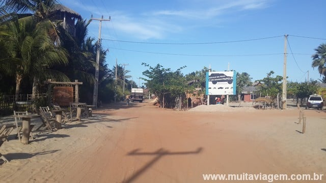 A rua principal, a poucos metros da praia, é de areia...