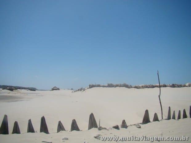 Muros de palha que seguram a areia e protegem as construções