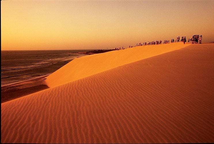 Duna do pôr do sol, onde o pessoal se reúne para ver o final do dia (e o começo da noite)