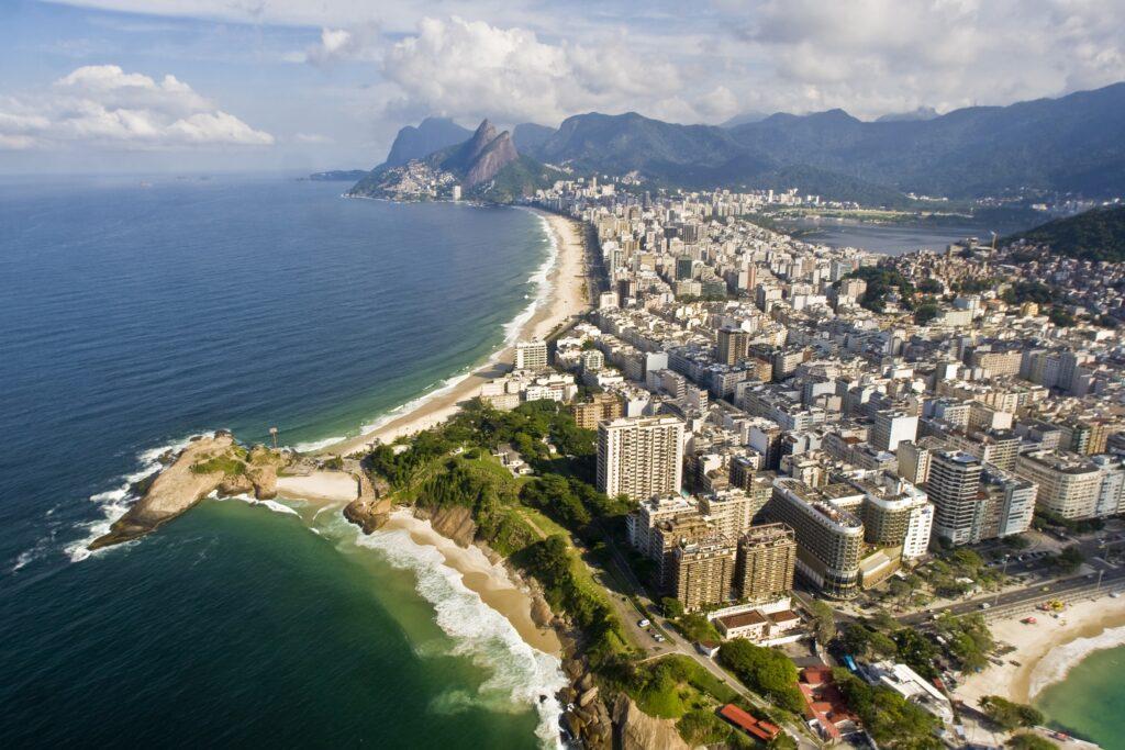 A longa praia de Ipanema e a praia do Arpoador, separadas pela pedra