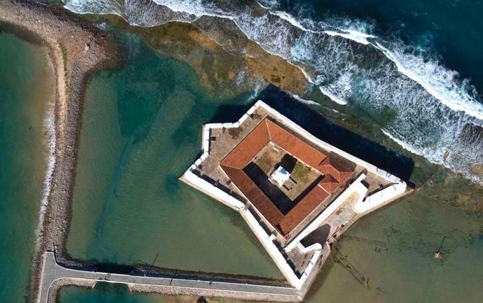 Beirando o rio Potengi, o Forte dos Reis Magos é cercado por mangues e praia