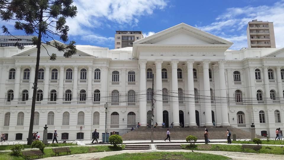 O prédio da UFPR fica de frente para o Teatro Guaíra, em uma bela praça curitibana