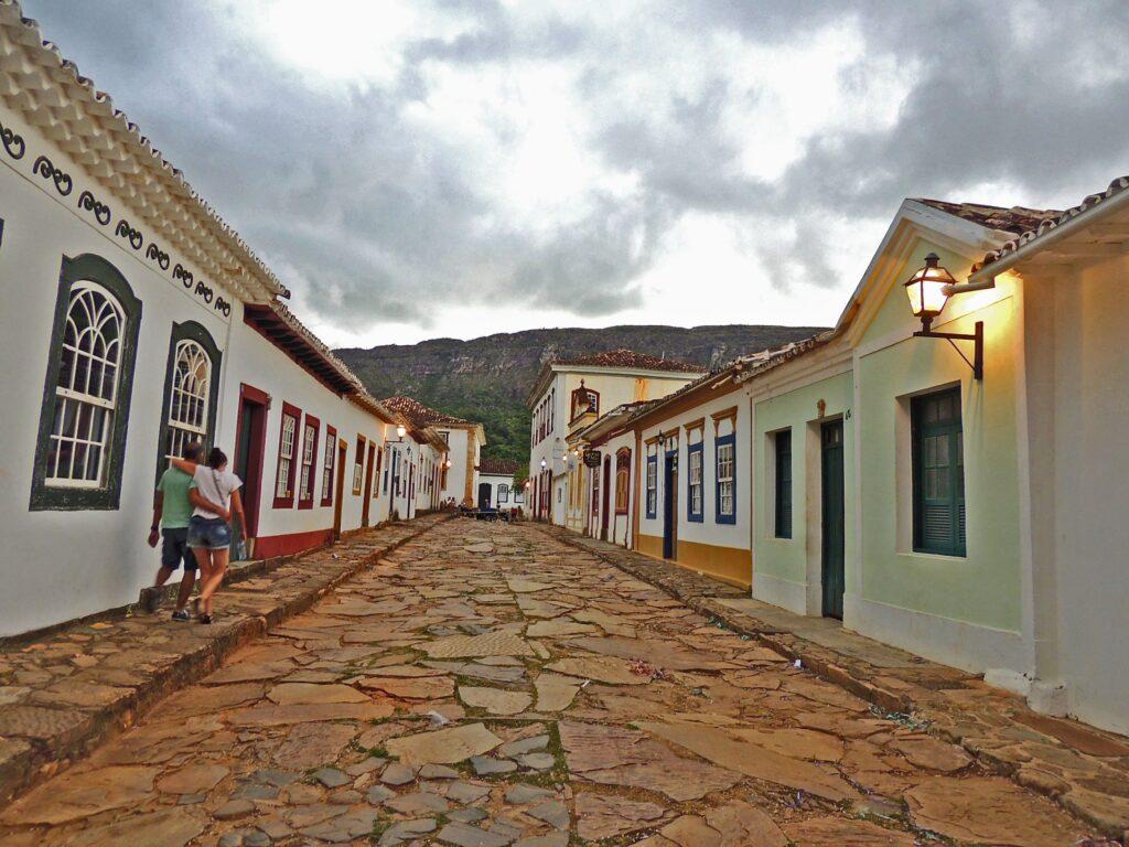 A rua Direita, de Tiradentes, com a serra de São José ao fundo